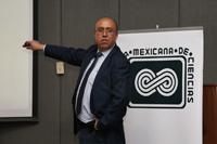 El doctor Eduardo Santillan Zeron impartió la conferencia 'De intervalos de confianza en biología a ruido blanco en física y matemáticas', en el auditorio 'José Adem' del Cinvestav.
