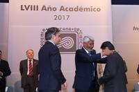 El secretario de Educación Pública, Aurelio Nuño, y diversos invitados fueron testigos de la entrega de la venera de ex presidentes a Jaime Urrutia Fucugauchi por parte de José Luis Morán, presidente entrante.