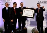 Miguel Ángel Mancera (derecha) al momento de entregar la medalla y el diploma a Juan Ramón de la Fuente. Los acompañan Javier Jiménez Espriú (izquierda) y René Drucker Colín.