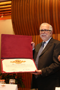 Al concluir su discurso de ingreso a El Colegio Nacional, el historiador Javier Garciadiego recibió su pergamino y el fistol que lo acreditan como miembro de la institución.
