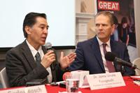 El doctor Jaime Urrutia y el embajador Duncan Taylor en la conferencia de prensa realizada en la sede de la representación diplomática.