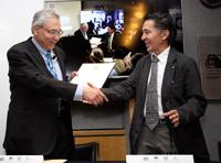 El astrofísico Carlos Frenk Mora recibe del presidente de la Academia Mexicana de Ciencias (AMC), Jaime Urrutia Fucugauchi, el diploma que lo acredita como miembro correspondiente de la AMC.