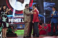 El presidente de la AMC, José Franco, entrega medalla a  Ernesto Gil Carmona, ganador de la VI Olimpiada Mexicana de Historia durante la final de la competencia celebrada ayer por la noche.