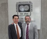 Los doctores Jaime Urrutia y José Franco, al finalizar la ceremonia de inicio del LV Año Académico.
