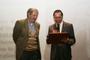René Asomoza, director del Cinvestav y miembro de la Academia Mexicana de Ciencias (derecha), entrega un reconocimiento a Pablo Rudomín en la celebración de su 80 aniversario.