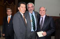 Los doctores Jaime Urrutia, Enrique Graue y Julio Sotelo tras concluir la ceremonia de clausura del CLII Año Académico de la Academia Nacional de Medicina.