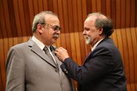 El doctor Alejandro Frank coloca el distintivo de miembro de ECN al doctor José Antonio de la Peña.
