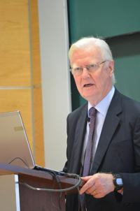 El profesor James Mirrlees, Premio Nobel de Economía 1996.