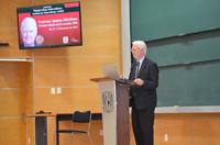 """El Premio Nobel de Economía 1996, profesor James Mirrlees, ofreció la conferencia """"Las matemáticas del equilibrio económico"""", la primera de las tres que tiene programadas impartir en el Instituto de Matemáticas y en la Facultad de Ciencias de la Universidad Nacional Autónoma de México."""