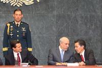 Durante la ceremonia intercambiaron comentarios el presidente Enrique Peña Nieto, y los titulares del Conacyt y la AMC, Enrique Cabrero Mendoza y Jaime Urrutia Fucugauchi.