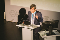 "Hiroshi Amano, Premio Nobel de Física 2014, ofreció la conferencia ""Lighting the Earth by LEDs""."