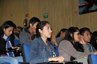Jóvenes escuchan la conferencia magistral del doctor José Luis Morán, en el auditorio