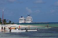 Llegada de cruceros a Mahahual, Quintana Roo, México, donde se encuentra una de las barreras de arrecifes coralinos más grandes y hasta hace poco mejor conservadas del Caribe mexicano. En esta zona se registró la pérdida de 85 hectáreas (ha) de cobertura vegetal costera, 43 ha de cobertura de coral y desaparición de 40 especies de peces locales asociadas a los corales tan solo del año 2000 al 2006.