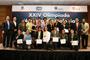 Orgullosos muestran sus medallas de oro y diplomas los 15 alumnos ganadores de la XXIV Olimpiada Nacional de Biología, acompañados por autoridades académicas de la UANL y miembros del comité organizador.