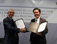 Salvador Jara, subsecretario de Educación Superior de la SEP, y Jaime Urrutia Fucugauchi, presidente de la Academia Mexicana de Ciencias, firmaron hoy un Convenio de Colaboración.