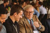 Carlo Rubbia, Premio Nobel de Física 1984, conversando con un joven investigador.
