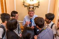 El ganador del Premio Nobel de Física en 1997, William Phillips, con un grupo de jóvenes investigadores durante la Sesión de Carteles de la 66ª Reunión Lindau de Premios Nobel.