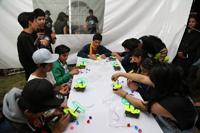 El programa de Computación para Niños y Jóvenes de la AMC llevó a CU el taller de Robótica móvil. Todos los participantes en la actividad recibieron el material para armar sus móviles los cuales activaron después con los tonos de un teléfono celular.