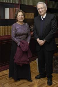 Los astrofísicos mexicanos doctores Silvia Torres Castilleja  y Manuel Peimbert Sierra, miembros de la Academia Mexicana de Ciencias.