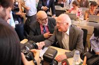 François Englert y Peter Higgs, quienes propusieron la existencia del bosón que lleva el nombre del científico británico, celebran el anuncio de su probable descubrimiento.