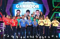 """Al centro el equipo azul, ganador del primer concurso de matemáticas para niños denominado """" Reto Infinito. La magi4 de los núm3ros"""", acompañado de todos los concursantes. Atrás, Alicia Lebrija, José Gordon, Carlos Bosch y Paola Rojas."""
