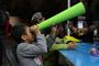 Después de armar su telescopio de papel, dotado de dos cristales en los extremos, un niño asistente a la Noche de las Estrellas 'El Universo, según el cristal con que se mira', se dispone a observar el cosmos desde la subsede del Bosque de Tláhuac.