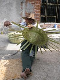 Un artesano elabora una canasta de carrizo en un pueblo de la cuenca de Cuitzeo, Michoacán.