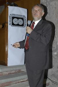 El Dr. Arturo Menchaca Rocha, presidente de la AMC, durante su conferencia magistral titulada, 'El estado de la Ciencia y la Tecnología en México'.
