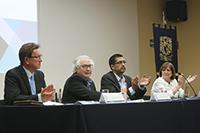 El investigador español Manuel Castells, catedrático emérito de la Universidad de California, Berkeley y miembro correspondiente de la Academia Mexicana de Ciencias (segundo de izquierda a derecha), ofreció la conferencia