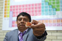 El doctor Felipe León Olivares, especialista en historia de la química en México, muestra el mineral llamado vanadita, el cual debe su nombre al elemento más importante de su composición, el vanadio.