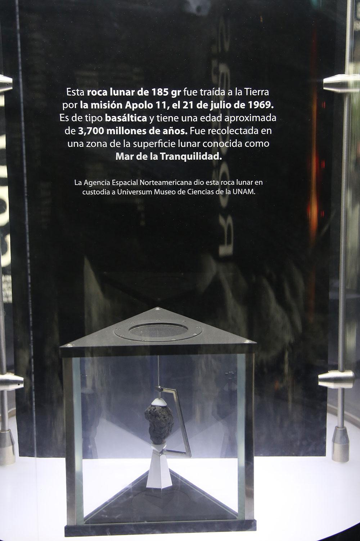 Una de las rocas obtenidas el 20 de julio de 1969 en la misión Apolo 11, cuando Neil Armstrong, Edwin Aldrin y Michael Collins, llegaron por primera vez a la Luna. Pesa 185 gramos y tiene una edad de 3,700 millones de años.