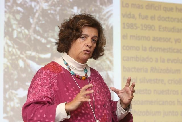 Valeria Souza Saldívar, investigadora del Instituto de Ecología de la UNAM, institución donde dirige el Laboratorio de Evolución Molecular y Experimental.  Fotografía: Elizabeth Ruiz/AMC