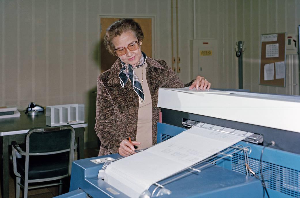 Katherine Johnson se encargó de calcular el momento en el que el módulo lunar Eagle del Apolo 11, del que descenderían los astronautas, debía abandonar el satélite para que su trayectoria coincidiese con la órbita que describía el módulo de mando nombrado Columbia y pudiera así acoplarse a él para regresar a la Tierra.