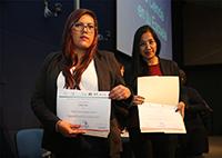 La profesora de educación básica Verónica González Haro (en primer plano) recibe su diploma tras aprobar satisfactoriamente el diplomado del ciclo 2018 de La Ciencia en Tu Escuela, programa de la Academia Mexicana de Ciencias.