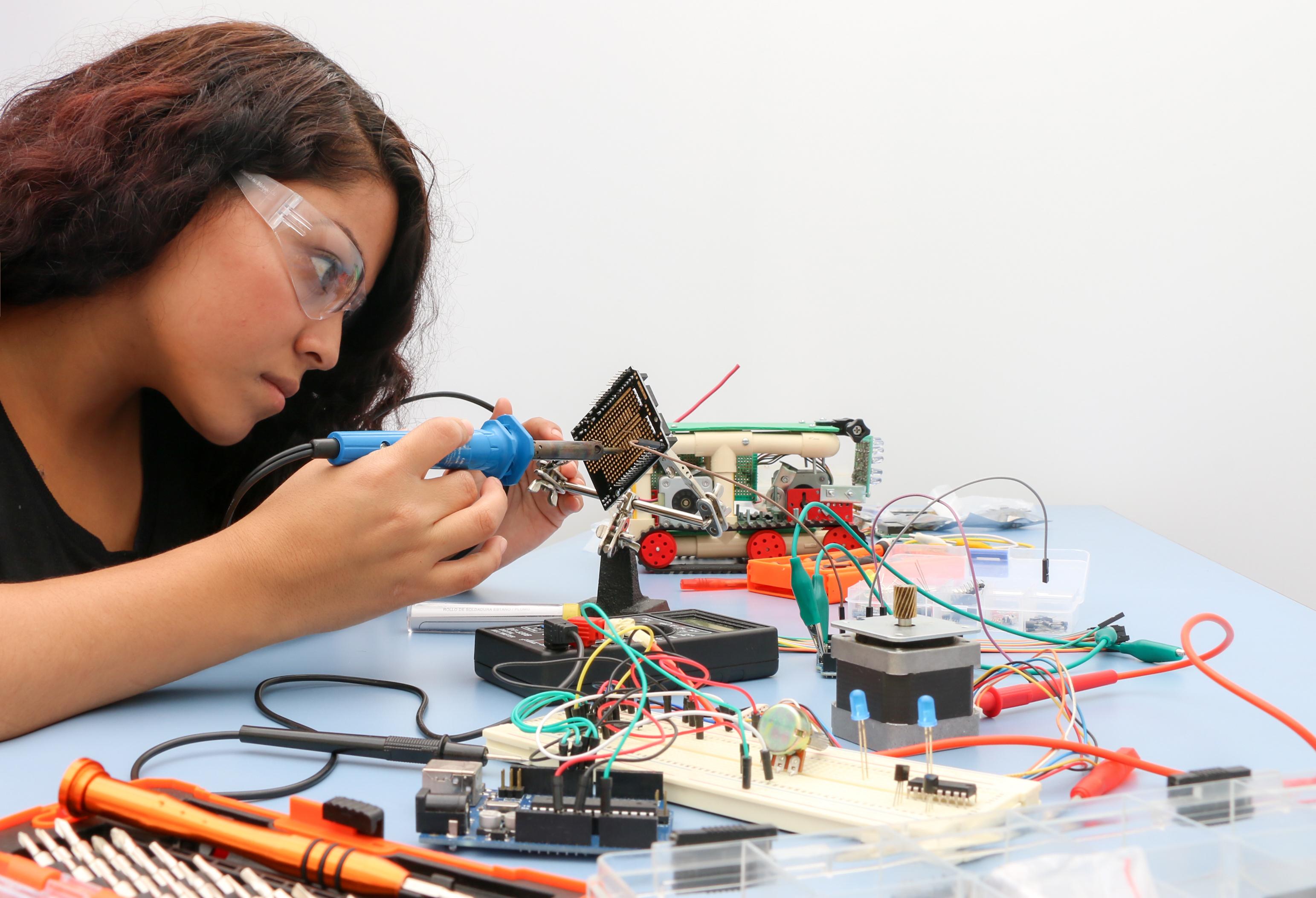 El Verano de la Investigación Científica promueve y facilita que los estudiantes realicen estancias de investigación de siete semanas en los más prestigiados centros e instituciones de investigación del país.