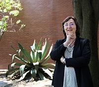 La investigadora Aurora Hernández Machado, catedrática  de la Universidad de Barcelona y miembro correspondiente de la Academia Mexicana de Ciencias, es especialista en biofísica, microfluídica y nanociencias, y patentó RheoDX.