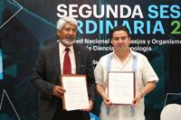 El presidente de la Academia Mexicana de Ciencias, José Luis Morán, y el titular de la Rednacecyt, José Alonso Huerta Cruz, muestran el convenio por el cual ambas agrupaciones trabajarán a través de diversas acciones en el fomento y desarrollo de la ciencia y la tecnología en el país.
