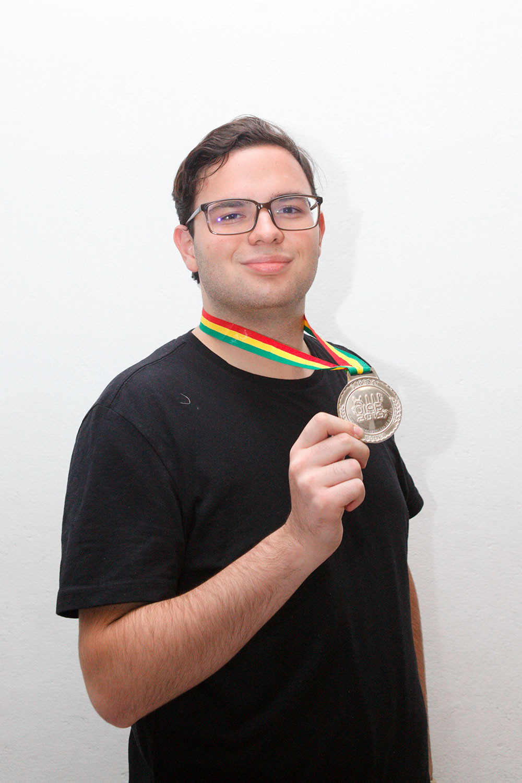 Leonardo Uriel González Garza, ganador de  medalla de plata.