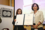 La doctora Consuelo Naranjo Orovio (izquierda), nueva miembro correspondiente de la Academia Mexicana de Ciencias (AMC), en la ceremonia de su ingreso, la cual tuvo lugar en El Colegio de México. La expresidenta de la Academia, Rosaura Ruiz, hizo entrega del diploma.