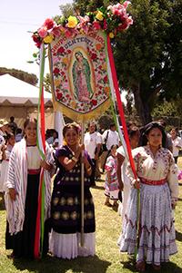 Algunos grupos de migrantes mexicanos que llegan a Estados Unidos reproducen las fiestas patronales de sus comunidades de origen con el fin de integrarse y hacerse visibles en la sociedad de destino.