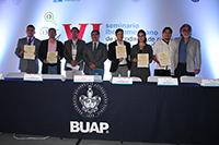 Con la entrega del Premio Conacyt de Periodismo de Ciencia, Tecnología e Innovación 2018 concluyó el VI Seminario iberoamericano de CTI, en Puebla. En la imagen, los ganadores, organizadores y autoridades de la BUAP.