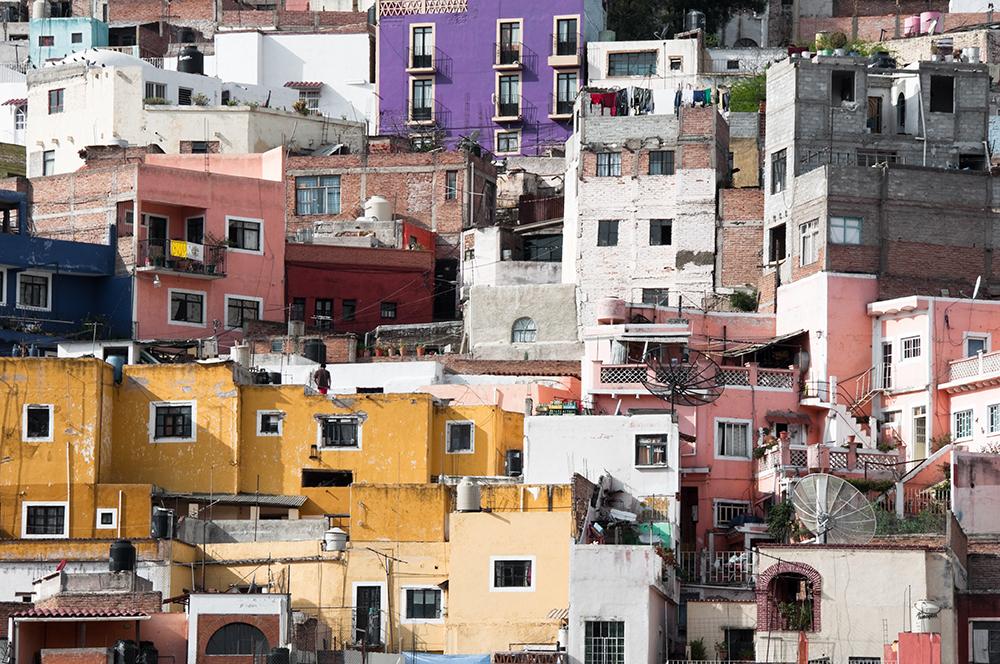 Una característica de las ciudades de México y América Latina es que entre 30 y hasta 60% de la vivienda se autoconstruyó por la población sin una orientación técnica, ni un programa o política pública impulsada por parte del Estado.
