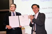 El doctor Jaime Urrutia, presidente de la Academia Mexicana de Ciencias (AMC), da la bienvenida al experto en topología algebraica  Alejandro Ádem Díaz de León, de la Universidad de Columbia Británica, como nuevo miembro correspondiente de la AMC.