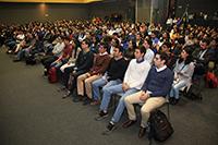 Estudiantes universitarios que participan en el Verano de la Investigación Científica reunidos en el  auditorio Galileo Galilei de la AMC.