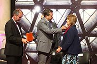 El secretario de Ciencia, Tecnología e Innovación y el jefe de gobierno José Ramón Amieva Gálvez, entregaron la medalla, el diploma y el Premio Heberto Castillo de la Ciudad de México 2017. Por una Ciudad ConCiencia, a la investigadora Alicia Ziccardi Contigiani.