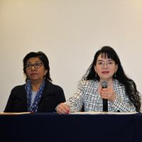 María del Carmen Martínez Reyes, vicerrectora de Docencia de la BUAP (al micrófono), y Margarita Martínez Gómez, presidenta de la Región Centro-Sur de la Academia Mexicana de Ciencias, durante la inauguración de la XXVII ONQ de la AMC.
