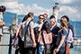 El ganador del Premio Nobel de Fisiología o Medicina 1998, el estadounidense Louis Ignarro, conviviendo con jóvenes científicos frente a la entrada del puerto de Lindau, en Alemania, durante la 68ª Reunión Lindau de Premios Nobel, a la que acuden este año cuatro jóvenes investigadores mexicanos.