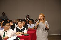 La historiadora Clementina Battcock, adscrita en la Dirección de Estudios Históricos del INAH,  durante la conferencia que dio a los jóvenes que participaron en la XII Olimpiada Mexicana de Historia, del 24 al 27 de junio en San Miguel de Allende, Guanajuato.