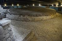 Templo de Ehécatl-Quetzalcóatl, dios del viento, un monumento circular de 11 metros de diámetro y 1.20 de altura, que se encuentra en Tlatelolco. En el lugar se construirá un centro comercial que en su subterráneo ya ofrece esta ventana arqueológica con más de 650 años de antigüedad.