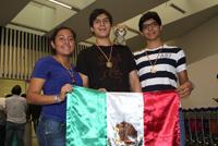 Belén Escobar Martínez (bronce), Víctor Hernández Lima (oro) y Jesús Ariel Aguirre Escalante (plata), medallistas mexicanos en la XXI Olimpiada Iberoamericana de Química.